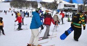 Casi 5000 personas disfrutaron la apertura de Chapelco, con una jornada de esquí libre y solidario