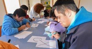 En su 30° aniversario las pecheras del Tetratlón de Chapelco llevarán números dibujados por los chicos de Puentes de Luz